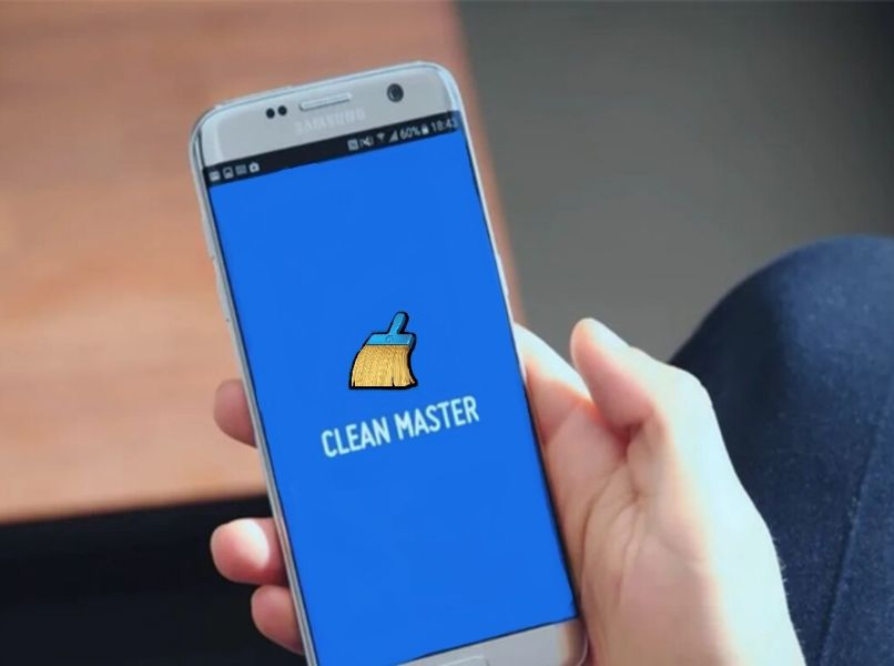 movil android clean master fondo azul android mano persona fondo borroso