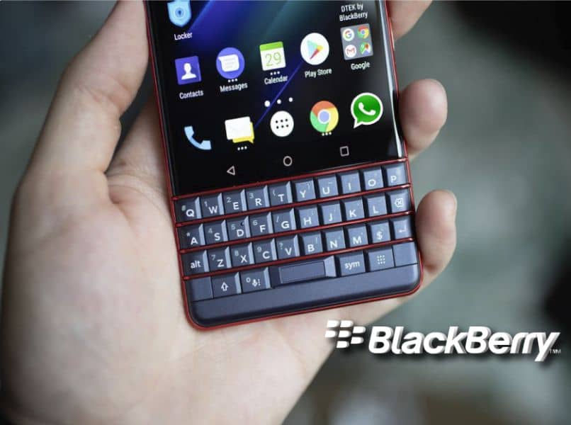 telefono blackberry gris whatsapp menu inicio mano persona