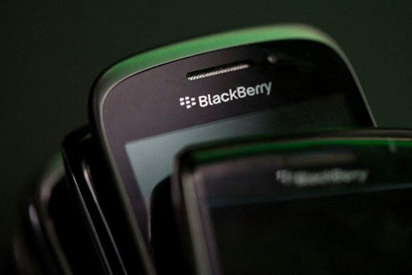 dispositivos moviles colores oscuros diferentes referencias blackberry