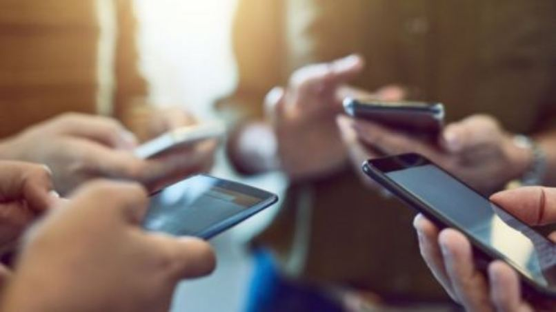 grupo amigos reunidos compartiendo internet movil blu