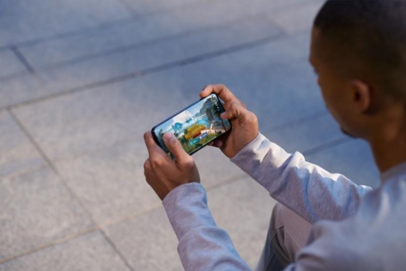 persona juega mediante emulador android