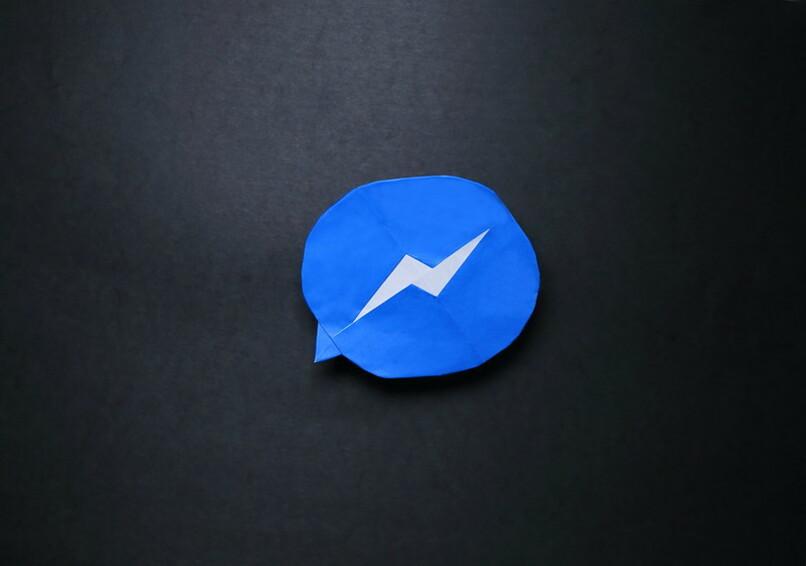 logo de messenger con efecto de papel en fondo negro