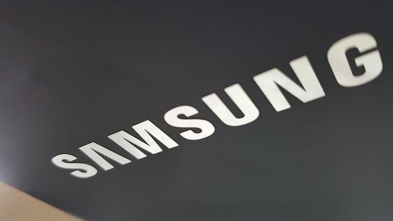 nombre de la marca samsung sobre un fondo color negro