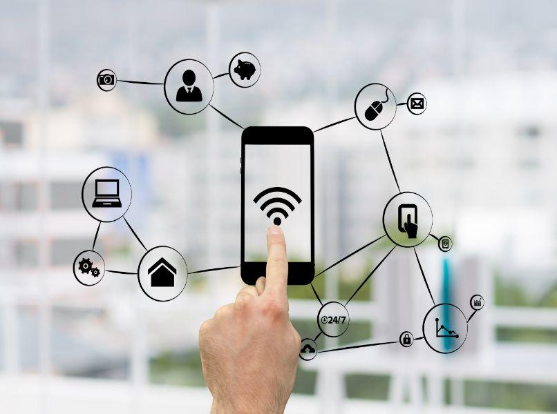mano persona presionando icono conexiones red wifi
