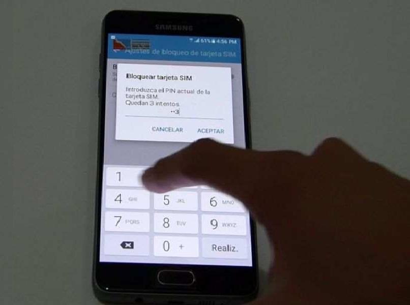 mano presionando numeros en movil android negro fondo gris