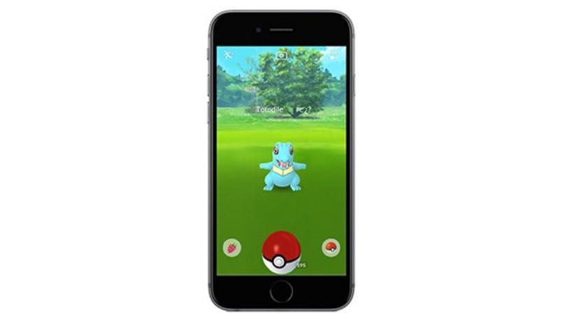 telefono negro atrapando pokemon