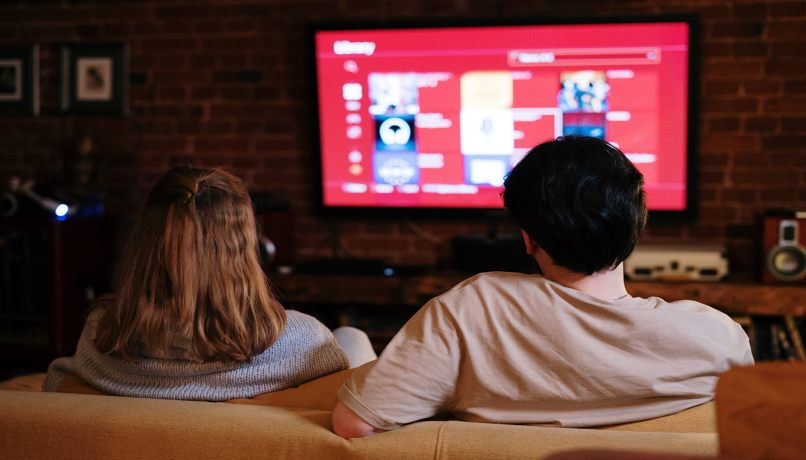 parejas usando smart tv