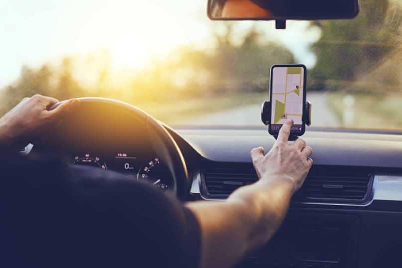 colocar celular retrovisor viaje
