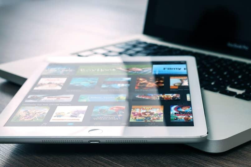 tablet con peliculas sobre ordenador