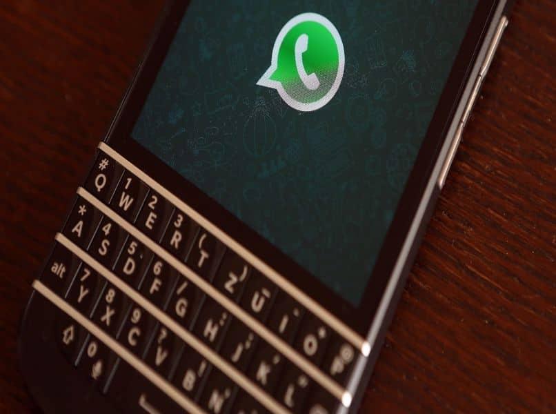 telefono blackberry whatsapp mesa marron oscura