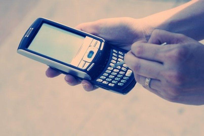 persona utilizando móvil