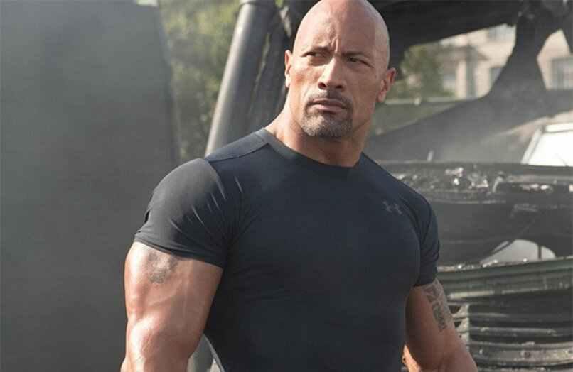 la roca camiseta apretada pelicula