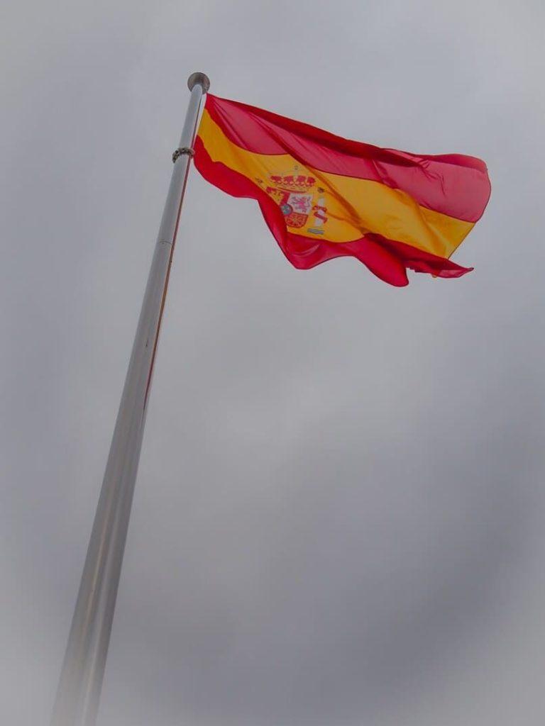 bandera de españa en clima nublado