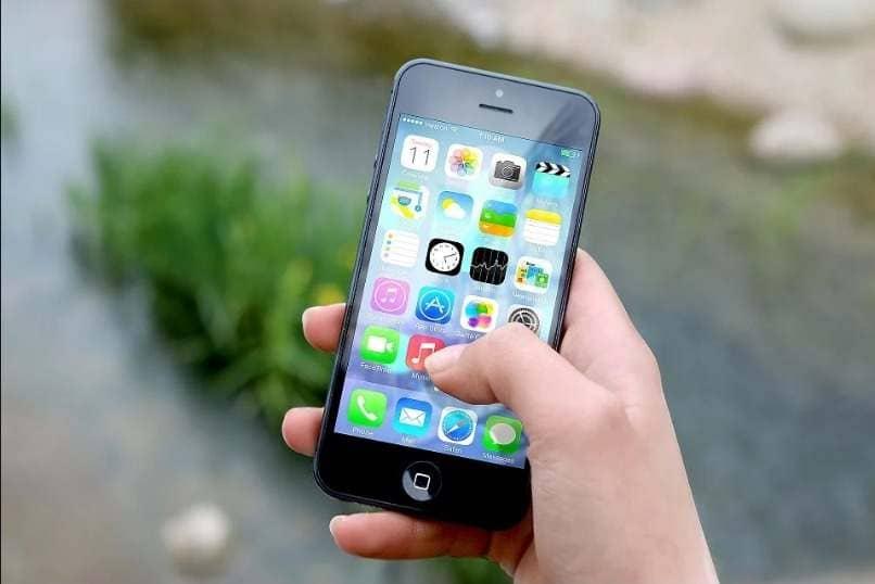 movil en mano pantalla principal iphone