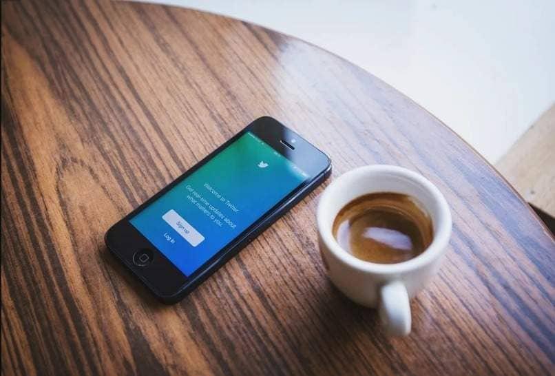 mesa cafe movil pantalla twitter